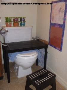 Kids Art Studio (converted bathroom) from Suzy Homeschooler (6)