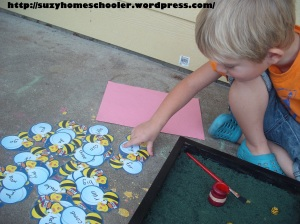 Bee Themed Salt Tray in Action from Suzy Homeschooler (5)